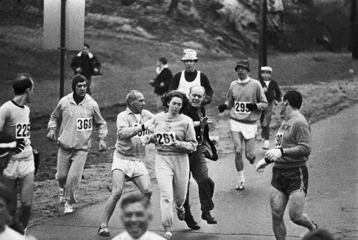 Фото №1 - История одной фотографии: попытка остановить женщину, решившую участвовать в мужском марафоне, апрель 1967 года