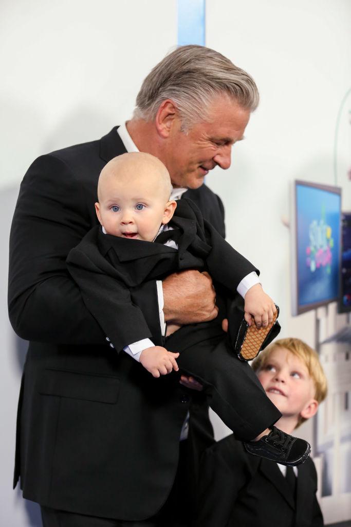 Фото №3 - Кто здесь босс? Алек Болдуин с женой и шестью детьми в деловых костюмах на премьере фильма «Босс-молокосос 2»