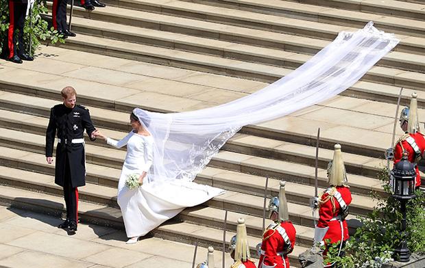 Фото №12 - Почему свадебное платье Меган Маркл было таким скромным (на самом деле)