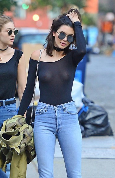 Фото №1 - Почему стало модно ходить без бюстгальтера