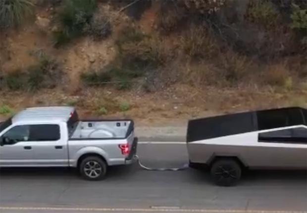 Фото №1 - Перетягивание каната между Cybertruck от Илона Маска и классического пикапа Ford (видео)
