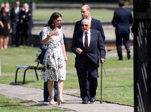 Фото №7 - Герцогиня Кембриджская еле сдержала слезы в концлагере Гданьска