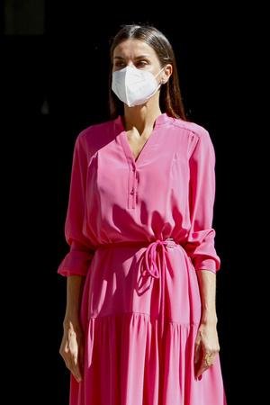 Фото №2 - Платье и туфли, как у королевы Летиции, которые непременно стоит добавить в свой летний гардероб