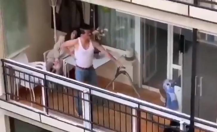 Фото №1 - Видео с мужиком, косплеящим Фредди Меркьюри на балконе, меньше чем за сутки посмотрели 2 миллиона раз