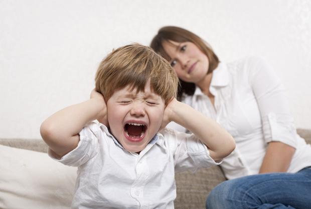 если ребенок бьет себя по голове