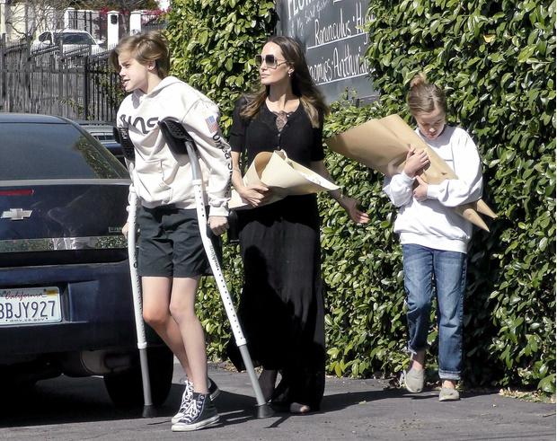 Фото №1 - Первые фото дочери Джоли после операции появились в сети