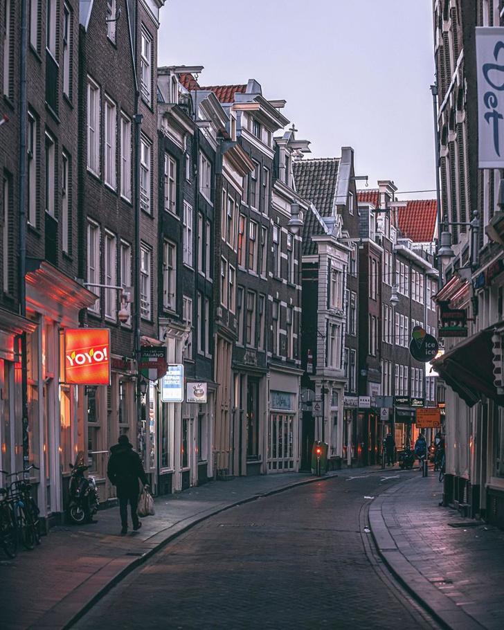 Фото №4 - Фотограф из Амстердама показал, как квартал красных фонарей живет при карантине