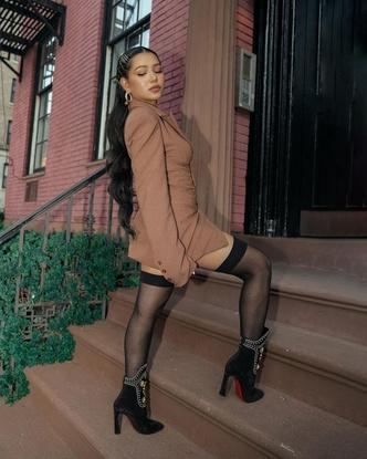 Фото №3 - Образ дня: Белла Порч в чулках и платье с корсетом