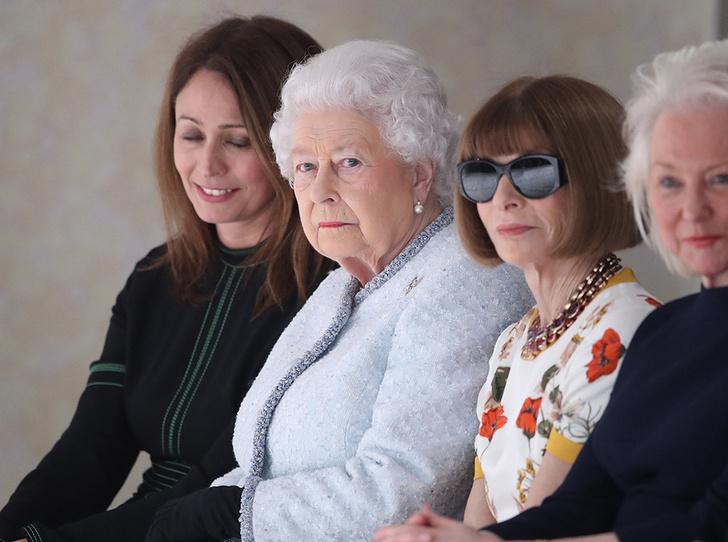 Фото №1 - Впервые в жизни: Королева Елизавета II посетила модный показ