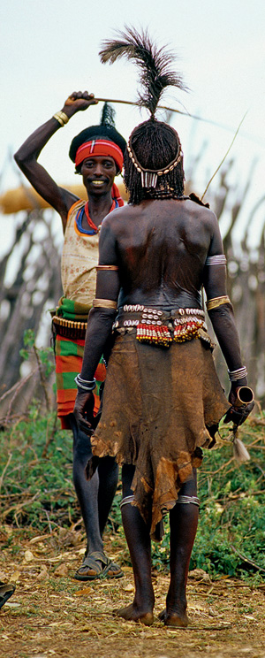 Фото №3 - Удары судьбы: за что мужчины эфиопского племени бьют своих женщин