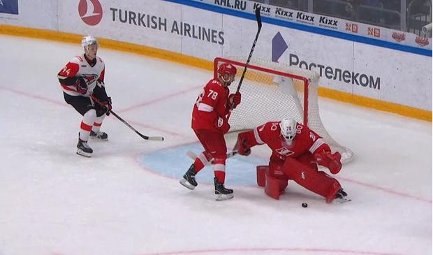 Фото №1 - Самый дурацкий гол КХЛ: российский вратарь отправил шайбу в свои ворота и принес победу сопернику (видео)