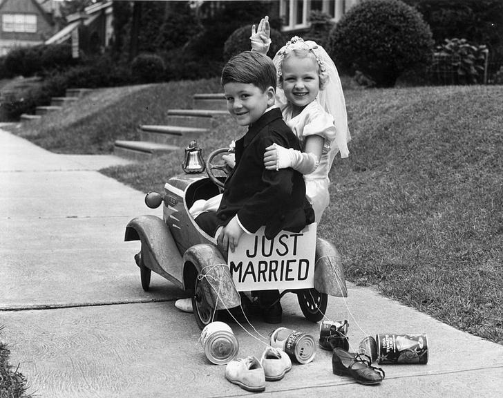 Фото №1 - Россияне назвали лучший возраст для вступления в брак
