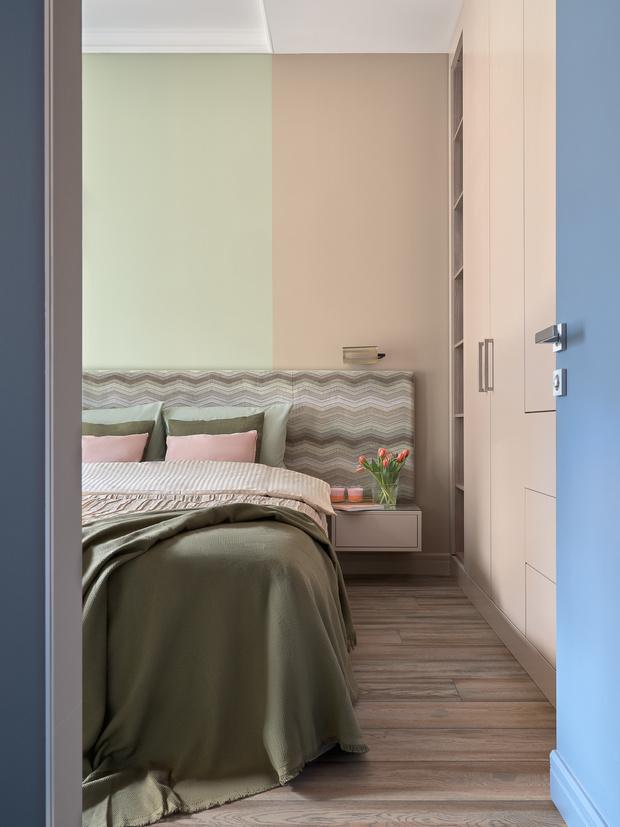 Вид на спальню. Кровать и шкаф выполнены в столярной мастерской по эскизам дизайнера.
