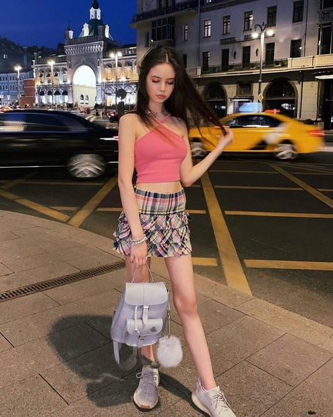 Фото №2 - Луиза Габриэла Бровина показала, с чем носить стильную мини-юбку в стиле 00-х