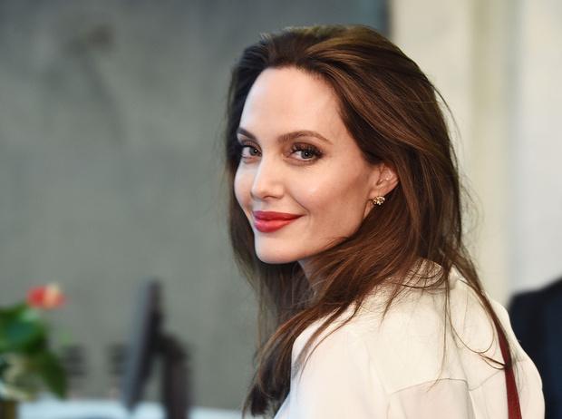 Фото №1 - Бьюти-правила для сияющей кожи от косметолога Анджелины Джоли