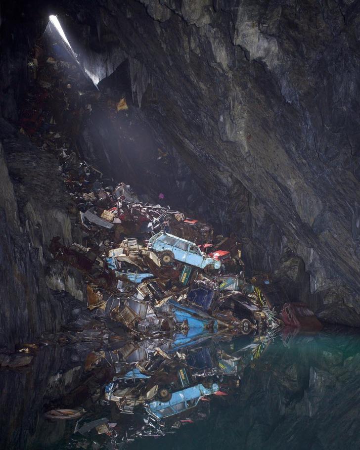 Фото №1 - История одной фотографии: свалка техники в заброшенной шахте