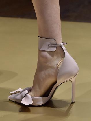 Фото №22 - Плащи Haute Couture и туфли с бантами на парижском показе Versace