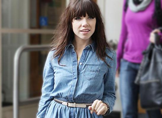 Фото №1 - Секреты стиля: Карли Рей Джепсен в джинсовом платье