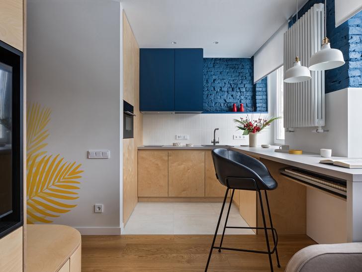 Фото №1 - Цветная студия 25 м² с кроватью на подиуме