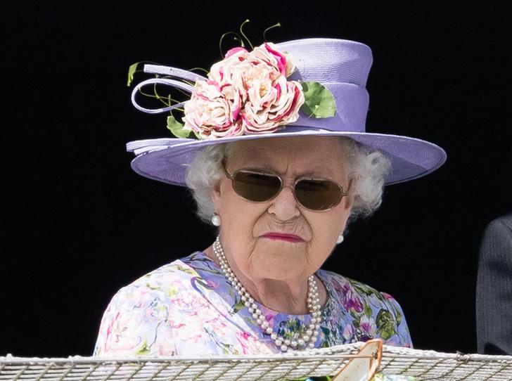 Фото №1 - Зачем Ее Величество надела темные очки