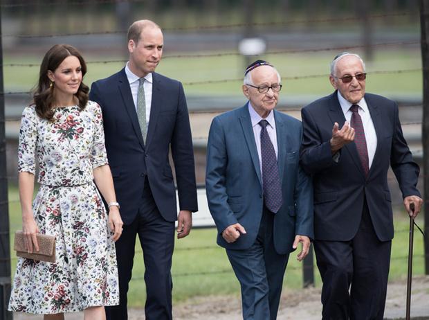 Фото №6 - Герцогиня Кембриджская еле сдержала слезы в концлагере Гданьска