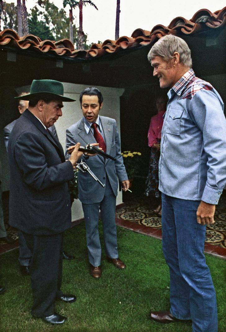 Фото №2 - История одной фотографии: Брежнев обнимает любимого американского актера, игравшего ковбоев, июнь 1973 года