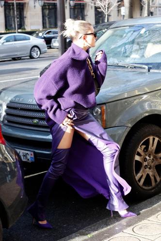 Фото №3 - Хейли Бибер надела юбку с разрезом от самого пояса