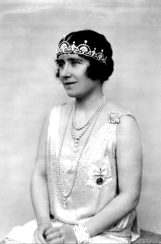 Фото №16 - Какую тиару Елизавета II одолжит Меган Маркл на свадьбу: делаем ставки
