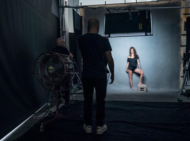 Фото №3 - Без фотошопа: за кулисами съемок культового календаря Pirelli на 2017 год