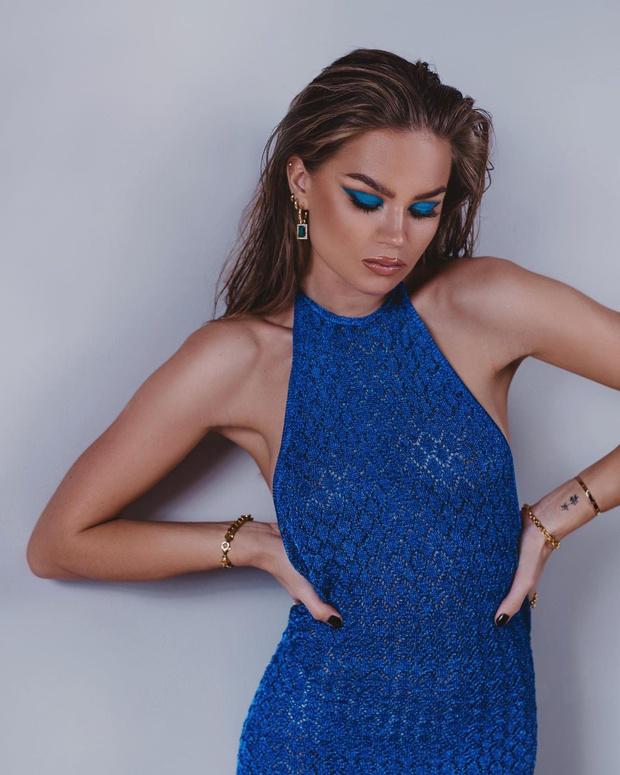 Фото №1 - Для создания необычного новогоднего образа сочетайте по цвету платье и тени, как инфлюенсер Ханна Шонберг