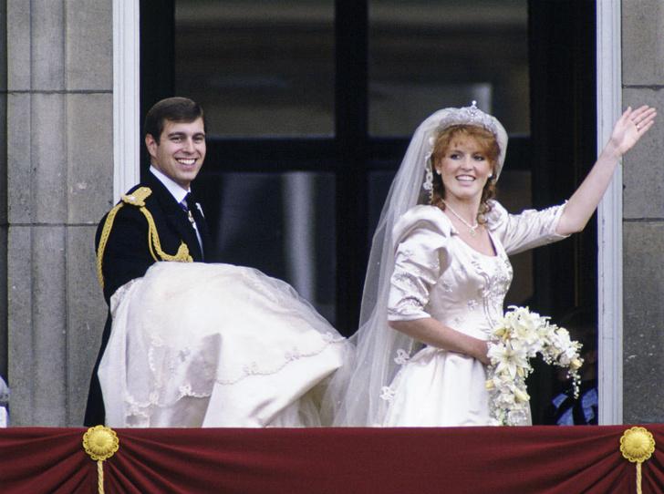Фото №2 - Вслед за дочерью: британцы обсуждают свадьбу Сары Фергюсон с молодым бойфрендом