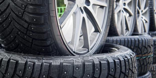 Фото №1 - Почему ездить на шипованных шинах летом не просто глупо, но и вредно