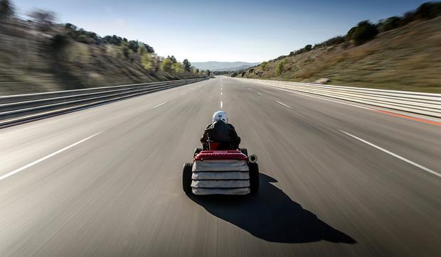 Фото №1 - Бешеная газонокосилка и неудержимый сарай: самые странные рекорды скорости