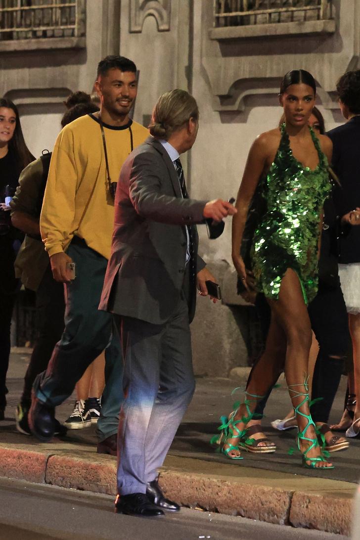 Фото №2 - Ночью на улицах Милана особенно жарко, когда там гуляет роскошная Тина Кунаки в сверкающем мини