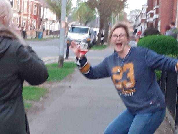 Фото №2 - Британские копы разрешили продолжить шумную уличную вечеринку, потому что все соблюдали социальное дистанцирование (видео)