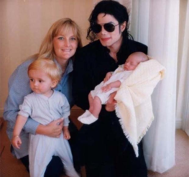 Майкл Джексон с Дебби Роу, сыном Принсом и дочерью Пэрис