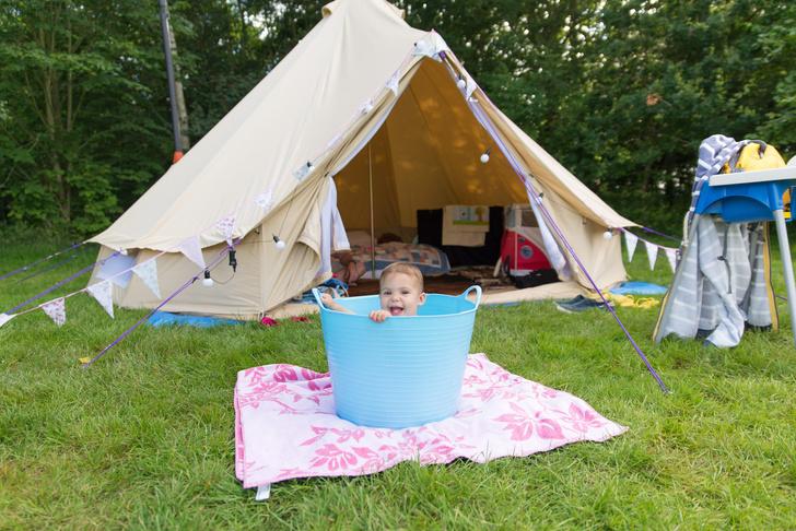 в палатке с младенцем