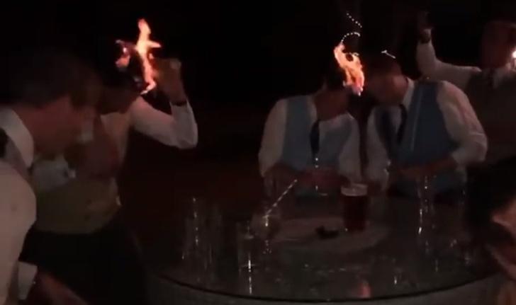 Фото №1 - Тамаде на заметку: пьяные гости поливают себе головы самбукой и поджигают друг друга на брудершафт (видео)