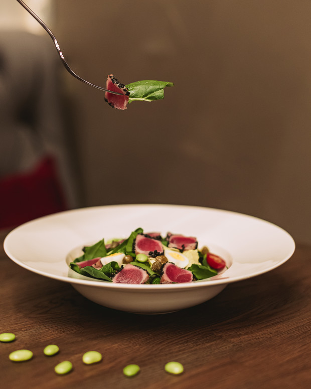 Фото №1 - Кухня ELLE DECORATION: салат «Нисуаз» со свежим тунцом