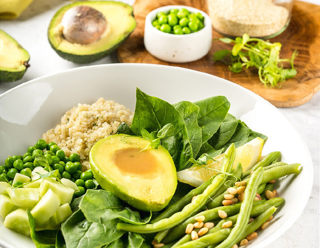 Очень вкусный и простой рецепт салата с авокадо, киноа и шпинатом, пошагово