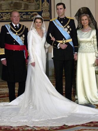 Фото №7 - Платья-близнецы: 15 слишком похожих свадебных нарядов королевских особ