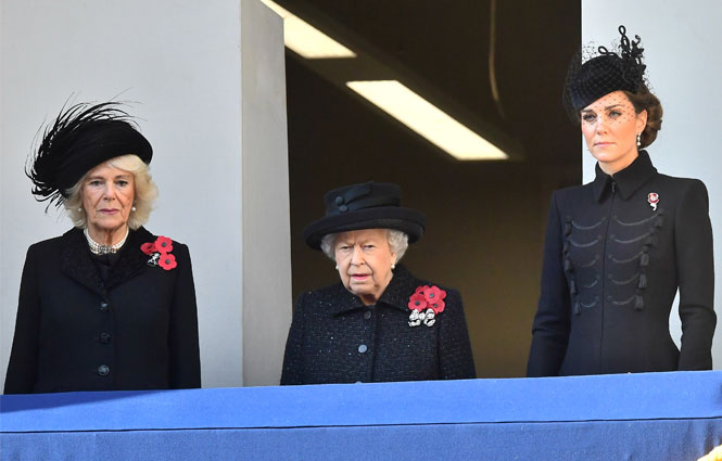 Фото №2 - Почему герцогини Меган и Кейт оказались на разных балконах в День памяти