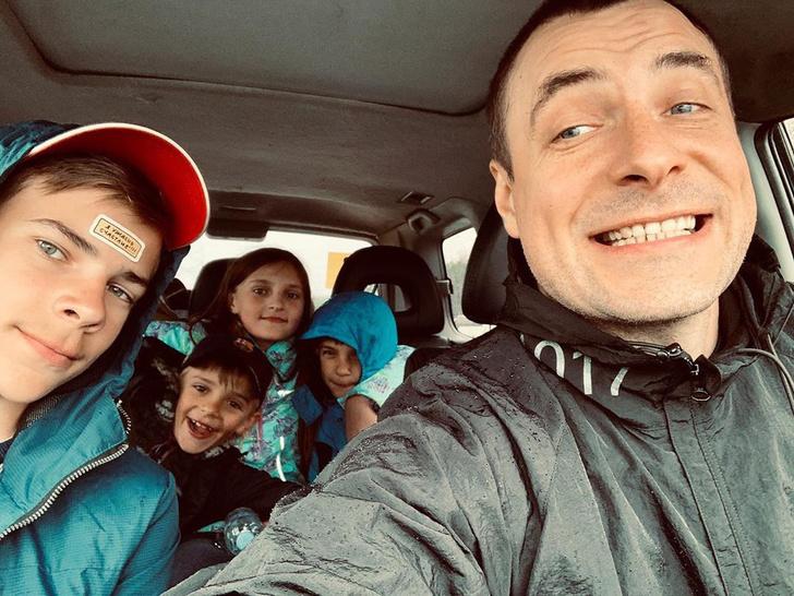 Фото №1 - Евгений Цыганов показал, как проводит время со своей большой семьей