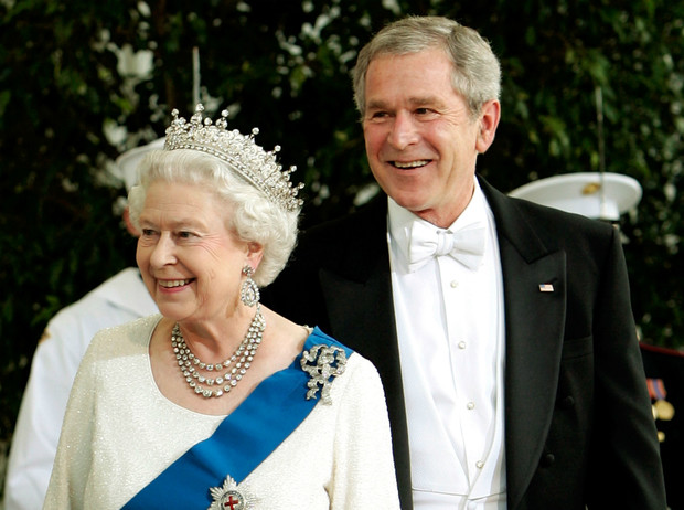 Фото №1 - Конфузы Белого дома: как президенты Форд и Буш пытались подшутить над Королевой