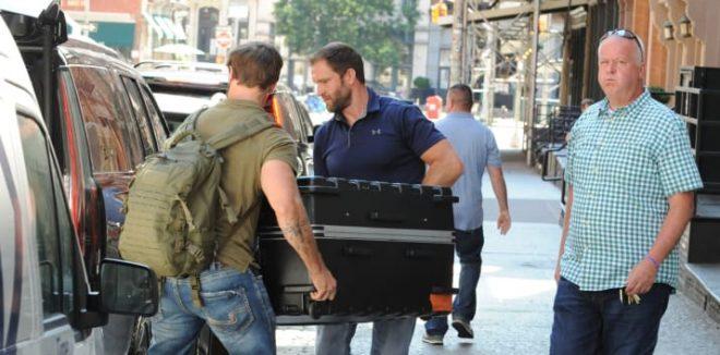 Фото №1 - Шок: Тейлор Свифт путешествует в чемодане