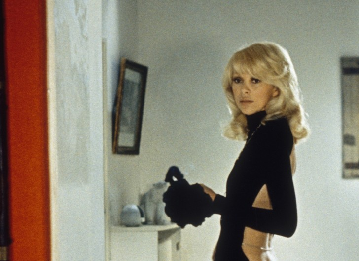 Фото №1 - 25 фото Мирей Дарк— той самой актрисы с декольте на спине из «Высокого блондина в черном ботинке»