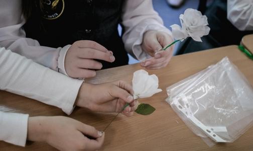 Фото №1 - Петербургские школьники сделали белые цветы для благотворительной акции