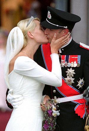 Фото №76 - Самые трогательные моменты королевских свадеб (о Гарри и Меган мы тоже не забыли)