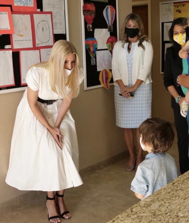 Фото №2 - Белое платье-рубашка становится мейнстримом. Следом за герцогиней Кейт его носит Иванка Трамп