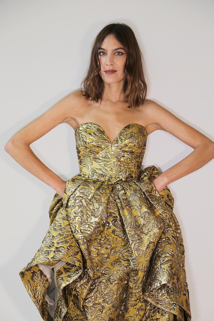 Фото №1 - Царевна Саша: Алекса Чанг в винтажном платье Prada из золотой парчи